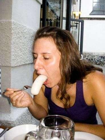 girlseatinghotdogs10 - Julio mes de los Hot Dogs celébralo con estas fotos de Chicas comiendo perritos calientes